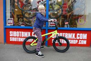 New Sibotbmx rider Luca has chosen wisely and gone for the 2017 Sunday 16 in fluro yellow and is on it!!!